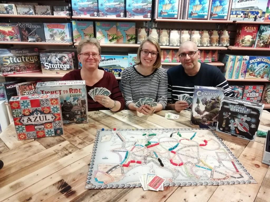 """V.l.n.r.: Edith Kasteel, Jana van Zanten en Theo Kasteel: """"We spelen graag een spelletje met je op 1 november."""""""