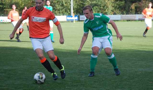 Achterveld-speler aan de bal met SVF'er Rigino Odijk achter hem aan.FOTO: Wim Terwint