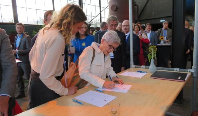 wethouder Karin Schrederhof (voor o.a. wonen) ondertekent namens de gemeente Delft het convenant