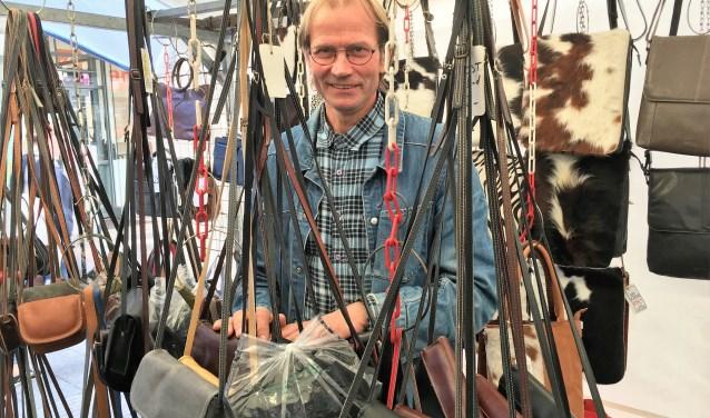 Hans Lekkerkerker hangt zijn tassen en riemen niet langer aan zijn kraam, maar voorgoed aan de wilgen.