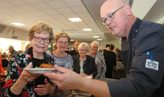 Riek Alofs(links)en Riek Meijer staan in de rijk voor het stamppottenbuffet in Doornenburg. (foto: Kirsten den Boef)