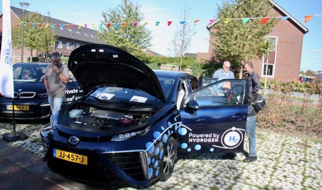 Er was zaterdag doorlopend belangstelling voor de elektrische autodag bij Brouwersnös.