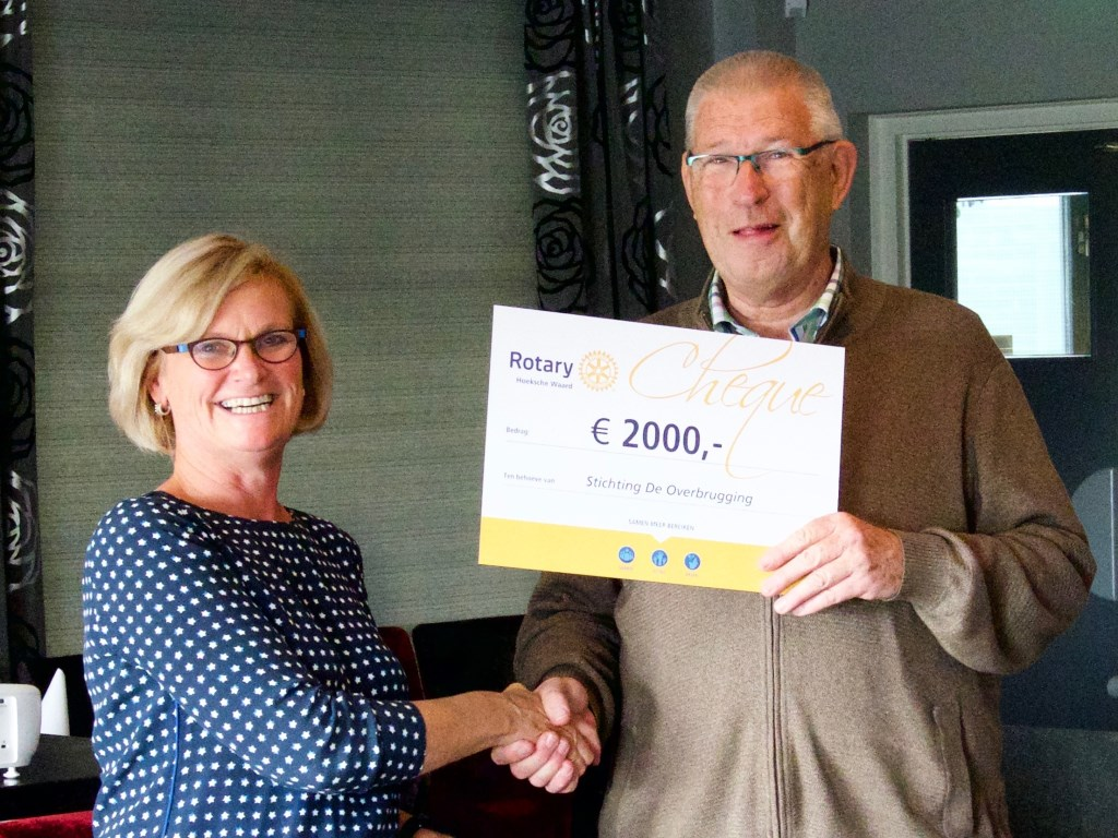 Suze Gillesse overhandigd een cheque van €2000,- aan Arie van Pelt, voorzitter stichting De Overbrugging Foto: Pauline van Driel © Persgroep