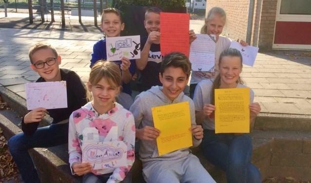 Trotse leerlingen met de door hen geschreven brief