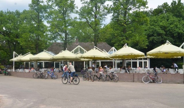 De Thee-borrel is bij De Rustende Jager aan het fiets/wandelpad in de bossen.