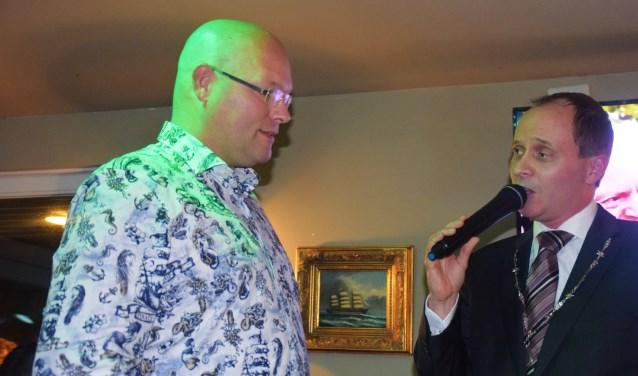 Burgemeester Ederveen heeft de gemeentelijke cultuurpenning uitgereikt aan de heer ErwinDielis.