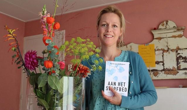 """Korine van Veldhuijsen: """"Met 'Aan het sterfbed' wil ik mensen hoop en moed geven in tijden van verdriet.""""FOTO: Hanny van Eerden"""