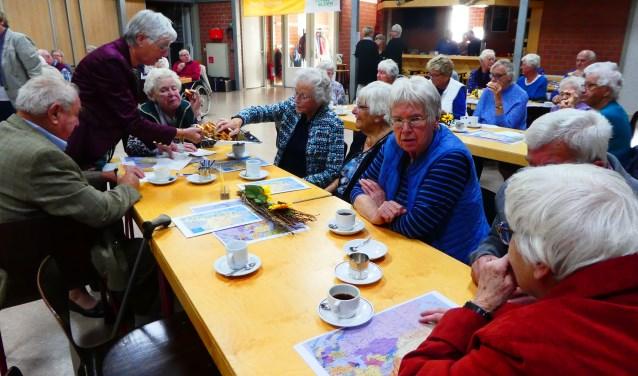 Onder het genot van een kopje koffie met zelfgebakken cake (van Janny) werd gekeken naar de beelden. In de pauze werd stilgestaan bij het overlijden van mw. A. Verkerk. Zij was ook lid van de Zonnebloem.