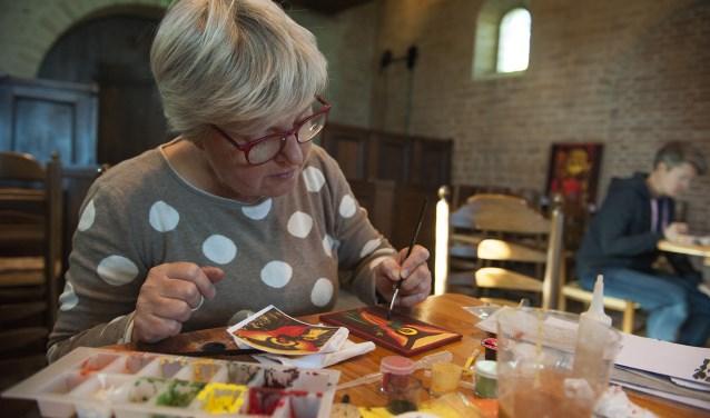 Marijn Pot uit Opheusden is gefascineerd door het iconen schilderen. Ze doet mee aan de retraitedag in Ressen. (foto: Ellen Koelewijn)