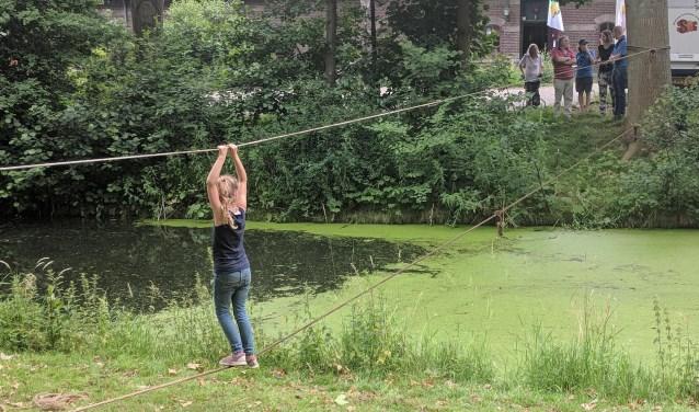 Een touwbrug over het water, een van de activiteiten tijdens het Kids Powerrr Event a.s. zaterdag