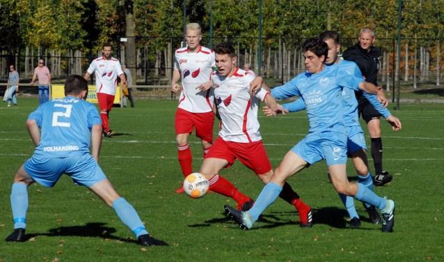 Wedstrijdbeeld uit het duel tussen Vianen Vooruit en Volharding. (foto: Tom Oosthout)