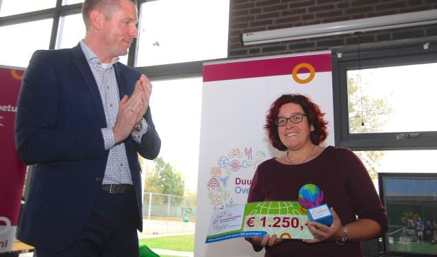 Wethouder Dimitri Horsthuis-Tangelder heeft Hannie Schrijver de eerste Duurzaamheidsprijs van Overbetuwe uitgereikt. (foto: Kirsten den Boef)