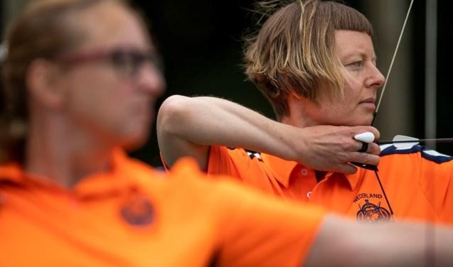"""""""Boogschieten helpt me door de moeilijke momenten heen te komen"""", aldus Annelies Homma (40) uit Roosendaal. Dit weekend doet ze mee aan de Invuctus Games in Sydney, Australië."""