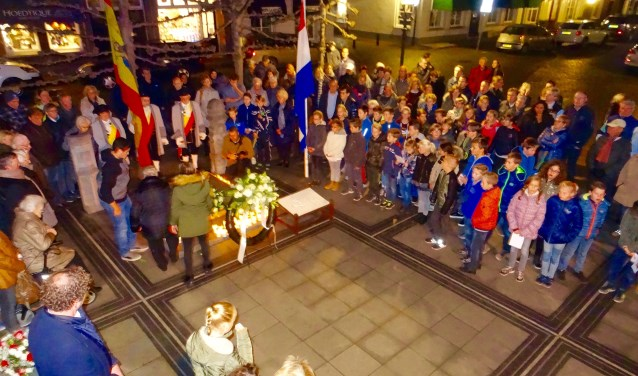 Zondag wordt in Heusden de stadhuisramp herdacht.  Leerlingen van groep 8 dragen dan de zorg van de herdenkingssteen over aan groep 7.