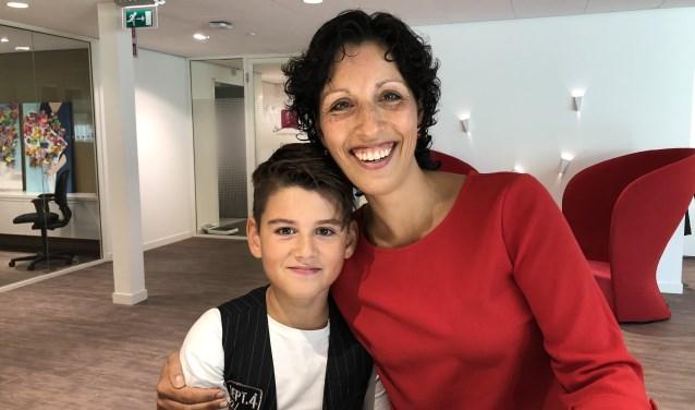 Justin samen met zijn trotse moeder.