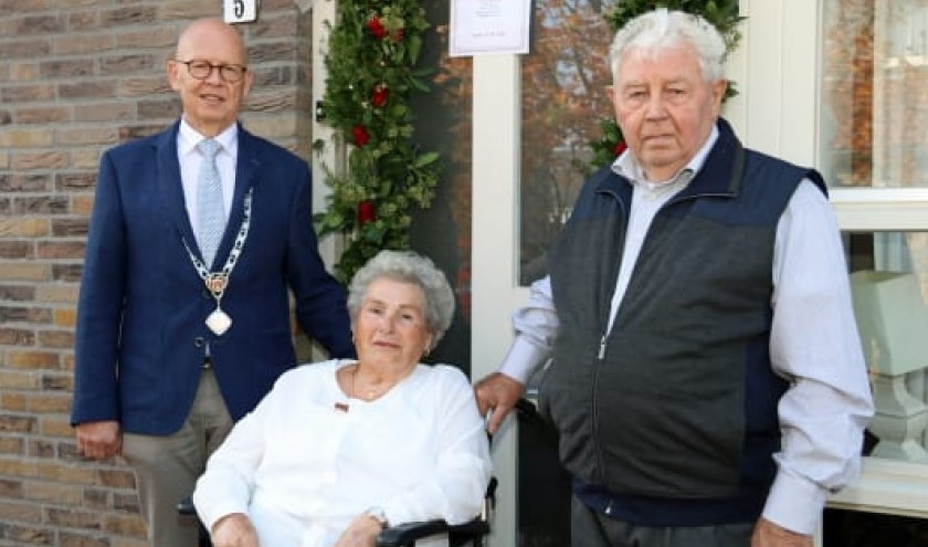 Het echtpaar Van Pelt-de Wit werd gefeliciteerd door locoburgemeester Dick van Zanten. Eigen foto