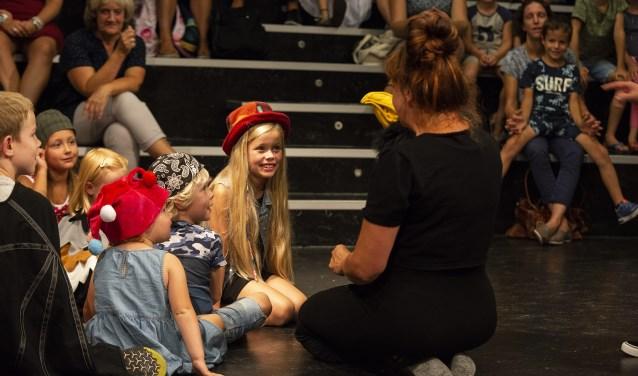 Sprietsels speelt geïmproviseerde sprookjesvoorstellingen voor jong en oud.