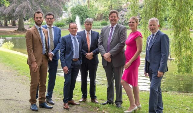 De burgemeester, de vijf wethouders en de gemeentesecretaris zien het wel zitten in het Oranjepark. Foto gemeente Nunspeet