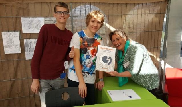 Een trotse Elske Baron laat haar boek zien in het bijzijn van twee leerlingen. Foto: Hans Asmann