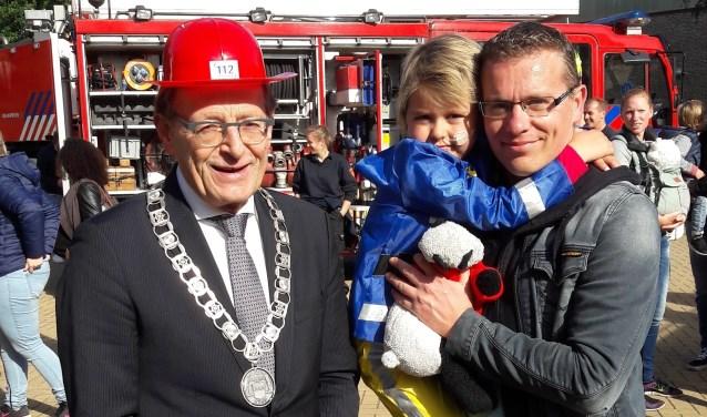 Burgemeester Janssen zette alle gêne aan de kant toen hij de brandweerhelm van Merel aangeboden kreeg om op te zetten. Ontzettend sympathiek en hulde voor alle inzet voor KiKa! Het was een bijzondere dag; heel veel dank!