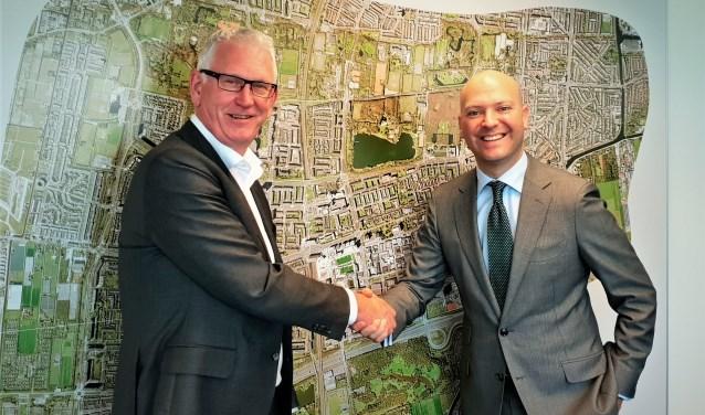 Kees Karsten en wethouder Armand van de Laar schudden elkaar tevreden de hand. Foto: Robbert Roos