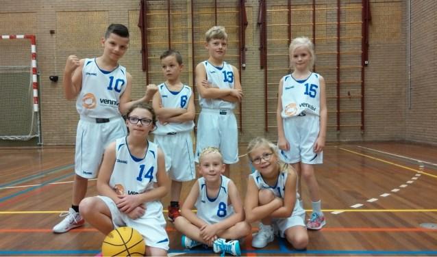 Ardito Blue Rebels: Emmie, Bjorn, Noud, Tim, Art, Merel en Floor wachtend op hun nieuwe blauwe tenues!