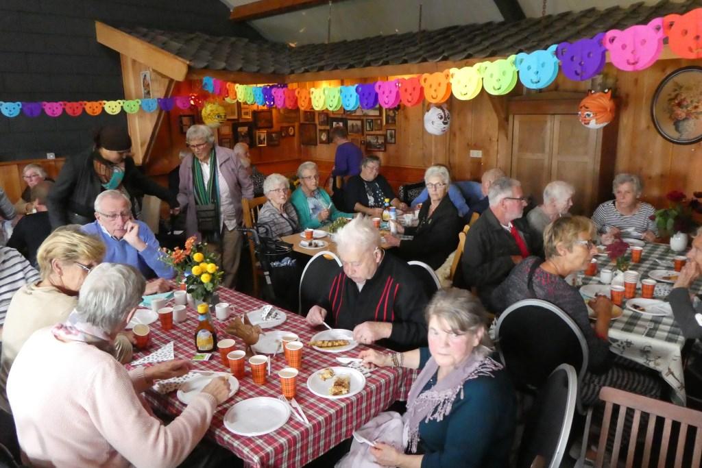 Ontmoeting in een feestelijk versierde zaal. Foto: Adri van Hasselt © Persgroep
