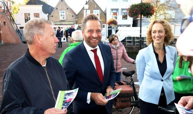 Hugo de Jonge (midden) bezocht de Hoeksche Waard en flyerde o.a. op de weekmarkt in Oud-Beijerland, samen met CDA-leden waaronder de nr 2 van de lijst Karoline Vorthoren.