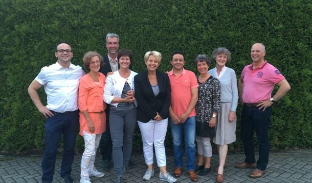 Jet van den Bos (vierde van links) is blij met haar vaste en enthousiaste vrijwilligers bij Buurtbemiddeling. Links Ardian Maksuti en derde van links René Nijhuis.