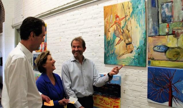 Michel van Maarseveen, Jolanda Drion en Jan Rudolph de Lorm geven met stickers aan wie naar de volgende ronde mag. Ze moesten een keuze maken uit 229 schilderijen. Foto Dick Baas