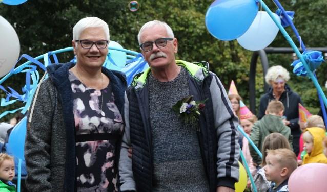 Klaas Snijder werd samenmet zijn vrouw Sitathuis opgehaald met een versierde auto van VCO Kinderdomein.