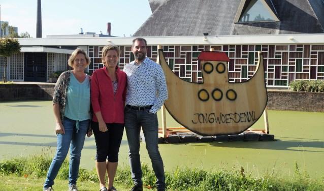 Anneke van der Zaag, Yvonne Vergeer en Joost Schelling bereiden zich voor op de eerste Kliederkerk in de Kruiskerk met het thema Dierendag.