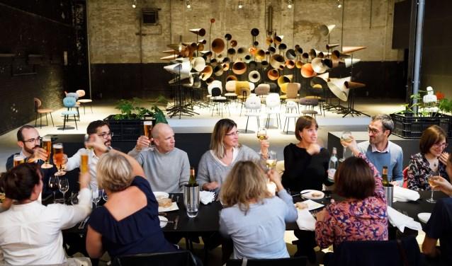 De Kazerne, Paradijslaan Eindhoven, restaurant en tentoonstellingsruimte voor design. Op de achtergrond 'May I have your attention please?' van Maarten Baas. FOTO: Bart van Overbeeke.