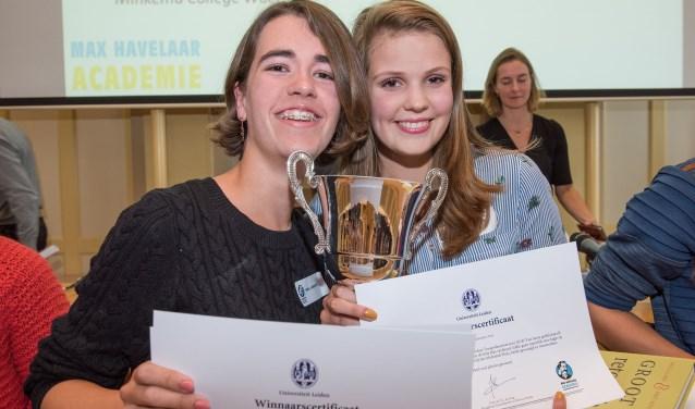 Nora Schreuder en Fieke Krijvenaar uit vwo-5 van het Minkema College wonnen het Max Havelaar Toesprakentoernooi.