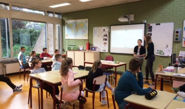 Basisschoolleerlingen van IKC het Sterrenbos in Huissen luisteren aandachtig naar de TTO-leerlingen van OBC Bemmel.