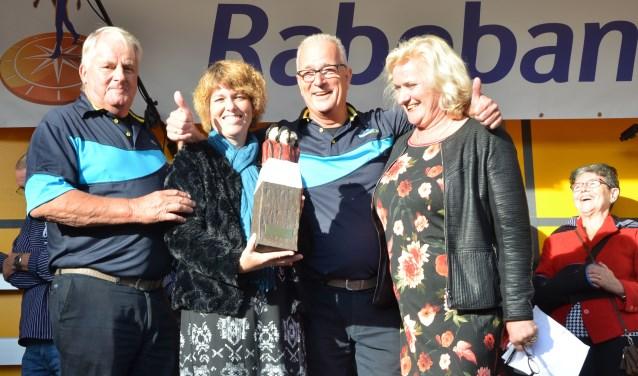 Voorzitter Ad de Goey, dirigente Yolanda Brouwer, Willem van Dam en Wil Kosterman bij de uitreiking van de prijs van de vakjury: de Zuidwester, dit jaar gemaakt door de Wijkse kunstenaar Nelleke Lengkeek.
