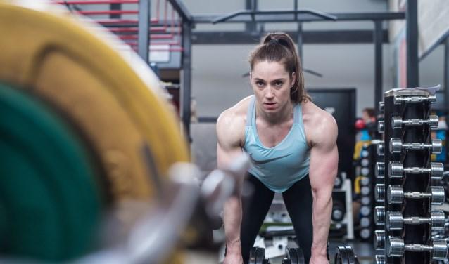 Krachttraining staat al jaren op het trainingsprogramma van judoka Marhinde Verkerk. In Fitnesscentrum Noord wordt ze begeleid door Hans Kroon, de strength & conditioning-trainer in haar team die ook op het gebied van voeding deskundig is. (Foto: Ferdy Collewijn)
