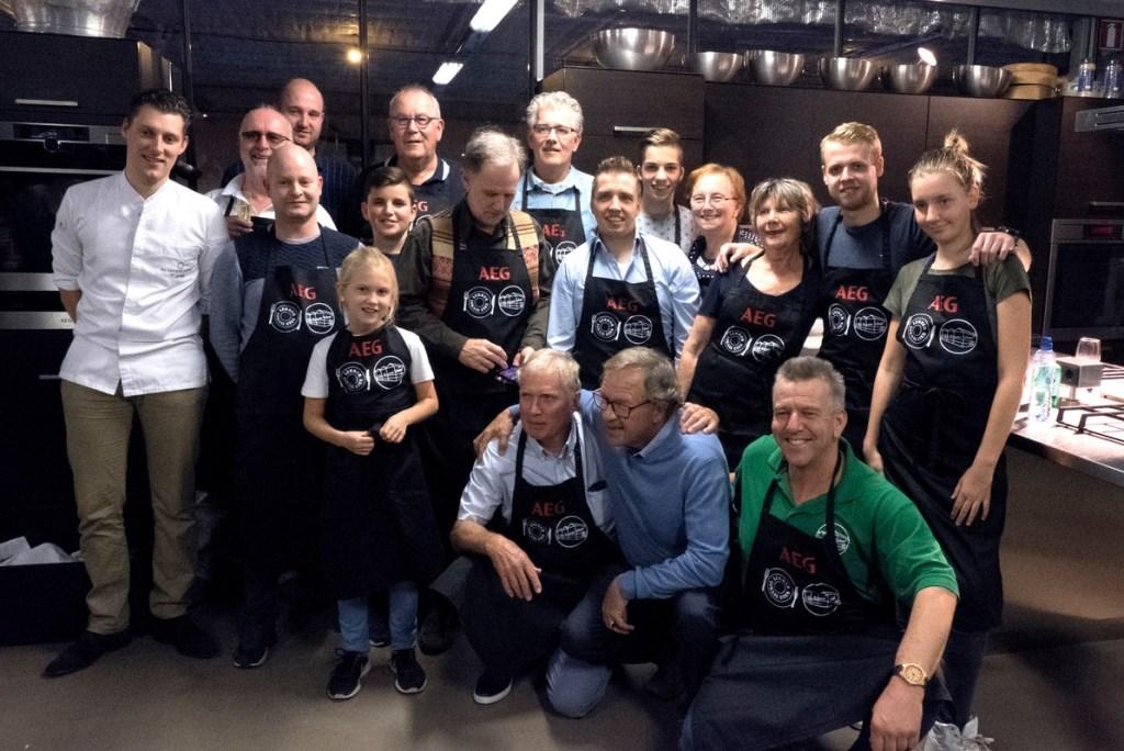 De vijf deelnemende grootouder/kleinkind-koppels op de foto samen met de begeleidende koks en de juryleden van Liemers Kookfestijn. Rechts onder Ferdinand Eeuwes van De Groene Schuur.