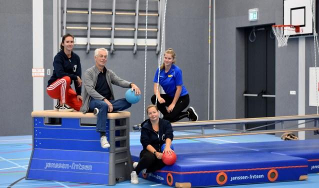 Daan en Marjolein (m.) van GV Impala werken samen met o.a. buurtsportcoach Stepanie en stagiaire Maaike bij het onderdeel sport&onderwijs.