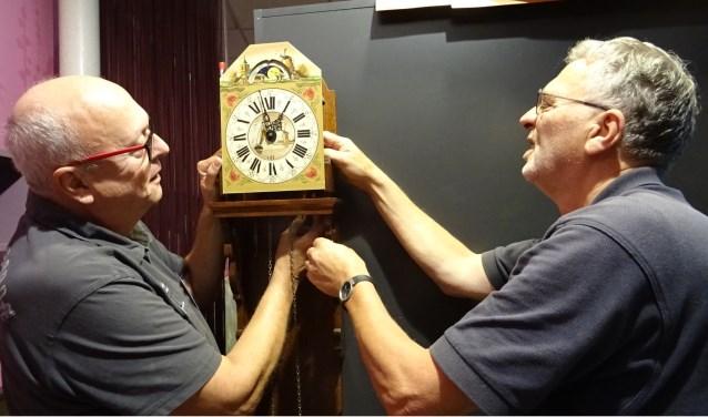 Vrijwilligers Theo van Kampen en Gerbrand Boonstra zijn bezig met de oude klok. Foto: Mieke Boelen