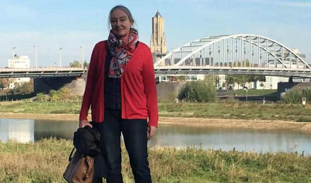 Ingrid voor de oude Rijnbrug, waar haar boek De Brug over gaat. (foto: Erlend Josephy)
