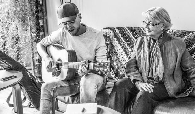 Deventer singersongwriters hebben verhaal gehaald bij senioren uit Deventer en unieke persoonlijke levensliedjes teruggebracht.