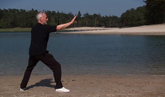 Frits Koens demonstreert Tai Chi bij het Henschoter meer tbv zijn eigen Tai Chi dvd die hij uitbracht. FOTO: Marcel Bos