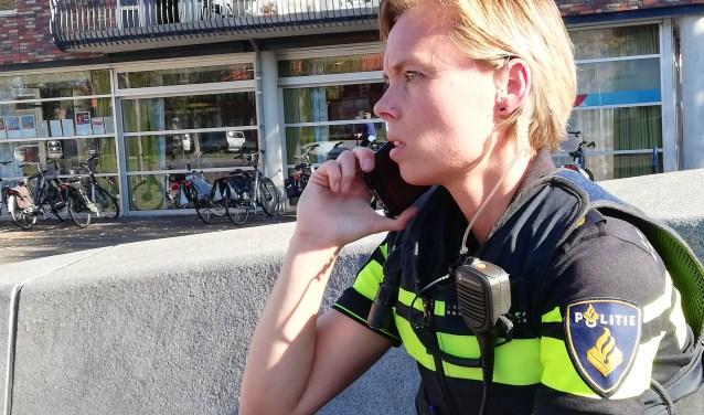 Wijkagente Maaike van Osta aan het werk op het Oranjeplein in Oost-Souburg. De meldingen gaan ook gewoon door. Foto: Conny den Heijer