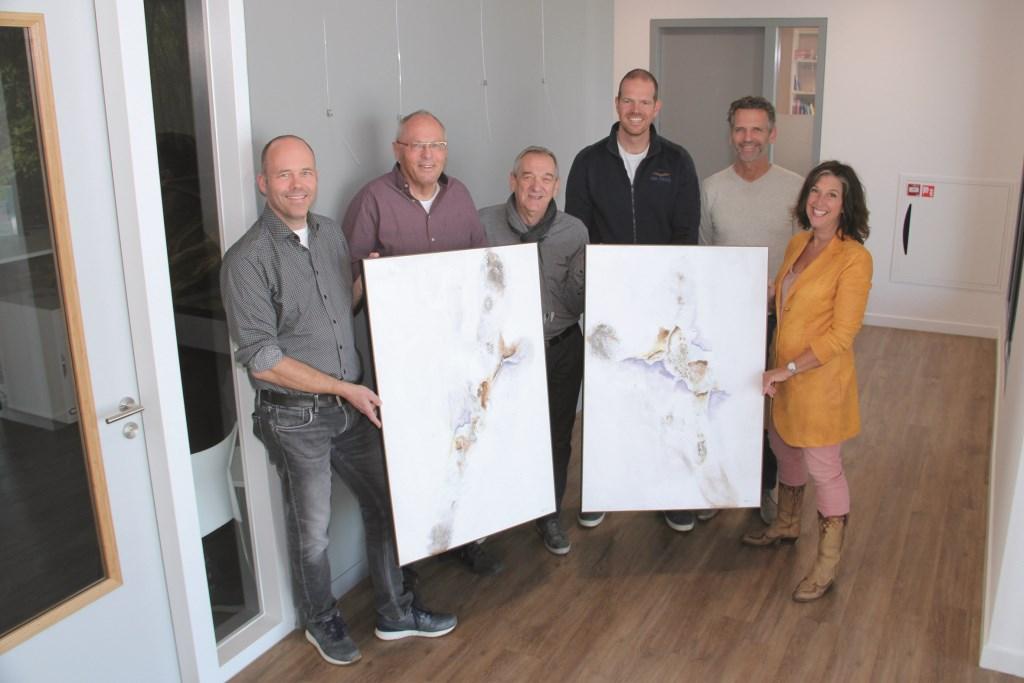 Herman Sanders (derde van links) met zijn tweeluik. Verder vertegenwoordigers van SPOED en 't Reinhart (vlnr): Marc Serrée, Stef Schaap, Bart Jongmans, Frank Mulling en Josette Brinkhof.