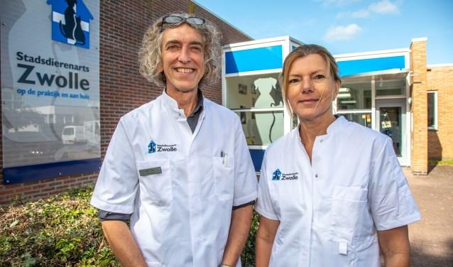 Dierenartsen Mout Mocking en Rolf Bos. (foto: Frans Paalman Zwolle)