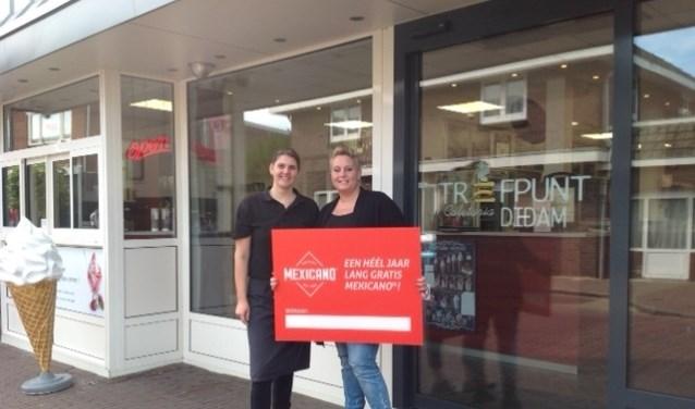 Jess Thielking (rechts op de foto) neemt de cheque in ontvangst van Trefpunt-bedrijfsleidster Gaby van Dam-Roos. (foto: PR)