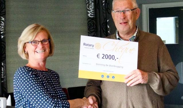Suze Gillesse overhandigd een cheque van €2000,- aan Arie van Pelt, voorzitter stichting De Overbrugging
