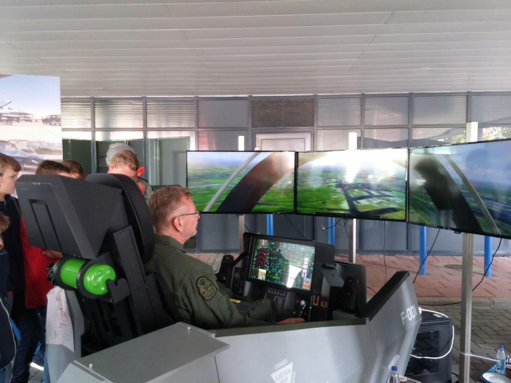 Vliegen in een F-35, wie wil dat niet? In de simulator kreeg je een goede indruk van de geavanceerde apparatuur in de straaljager. Foto: Loeki Bruinink © Persgroep