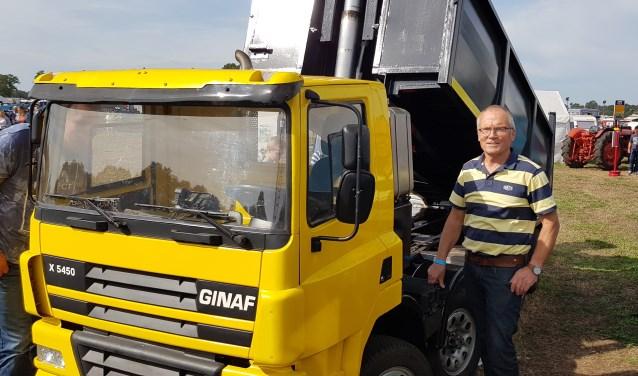 Gerard Visser uit Bredevoort met zijn zelfgebouwde vrachtauto op het onlangs gehouden Oldtimerfestival in Meddo. (Foto: Han van de Laar)